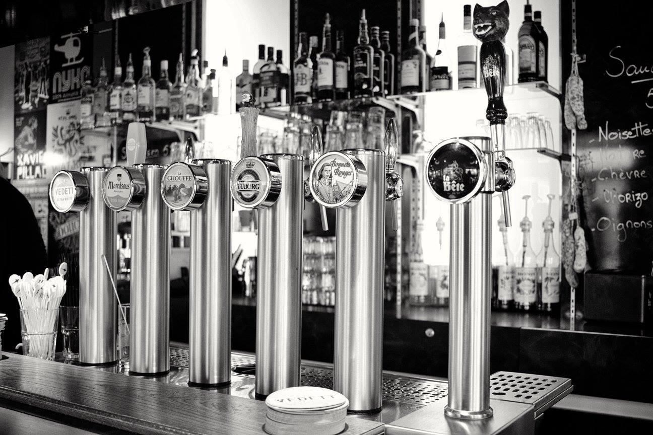 Plusieurs bières en pression au bar Le Centre
