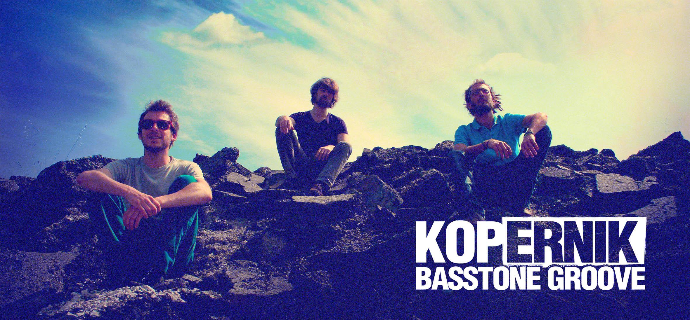 Les membres du groupe assis sur des rochés, Kopernik qui vient en concert au café-concert Le Centre à Saint Nazaire