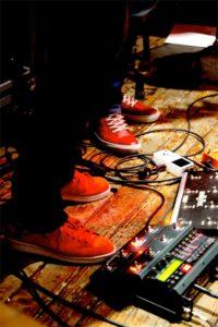Les chaussures rouges de RedShoes en concert au Centre à saint Nazaire.
