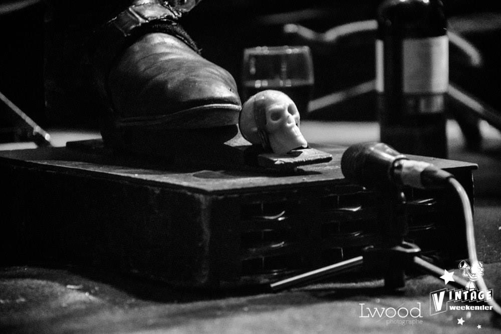 Le pied et micro de Al Foul qui est en concert au café-concert Le Centre à Saint Nazaire, vendredi soir.