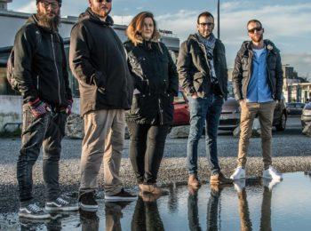 Membres du groupe Khool Kwest jouent au café-concert le centre le vendredi soir à Saint Nazaire.