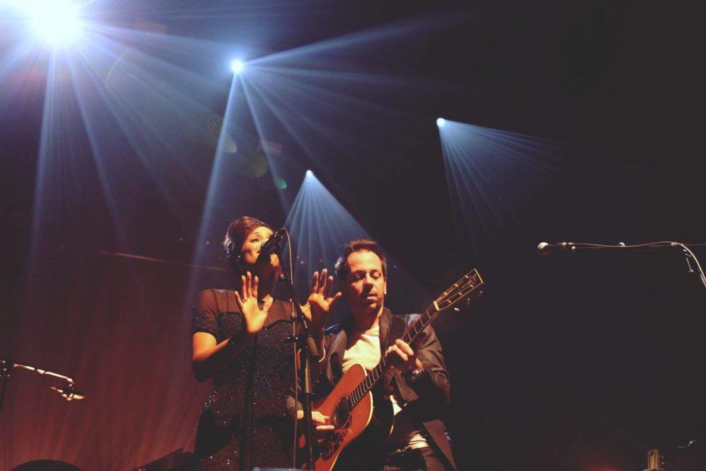 La chanteuse et le guitariste du duo 'Djü Djü' sur scène, live au Centre à Saint-Nazaire