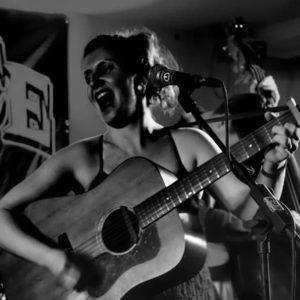 Chanteuse The Cactus Candies au café-concert Le Centre à Saint Nazaire