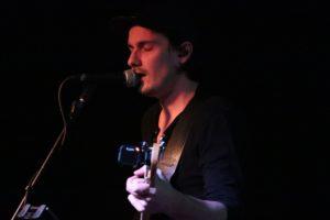 Chanteur du groupe de rock 'Bariton Park' sur la scène du café concert 'Le Centre'