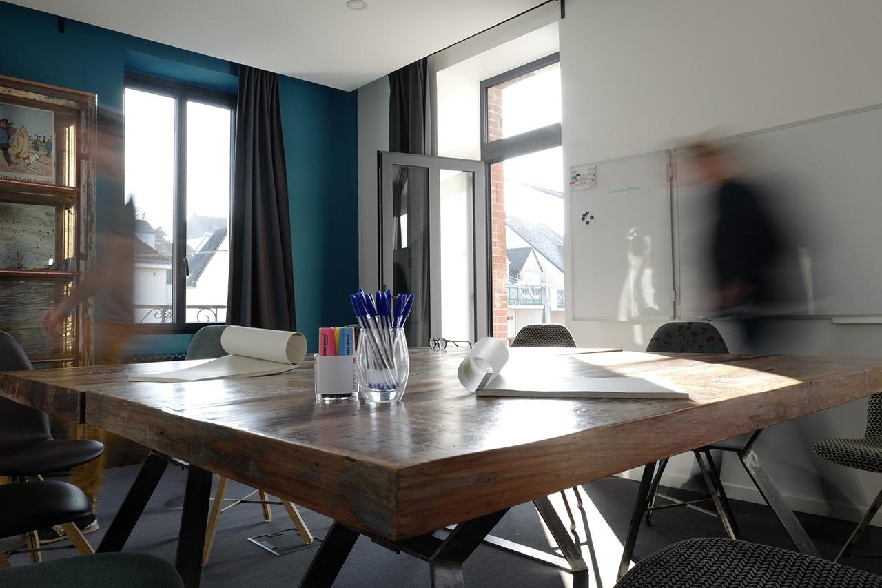La salle de réunion au premier étage du café-concert Le Centre à Saint Nazaire