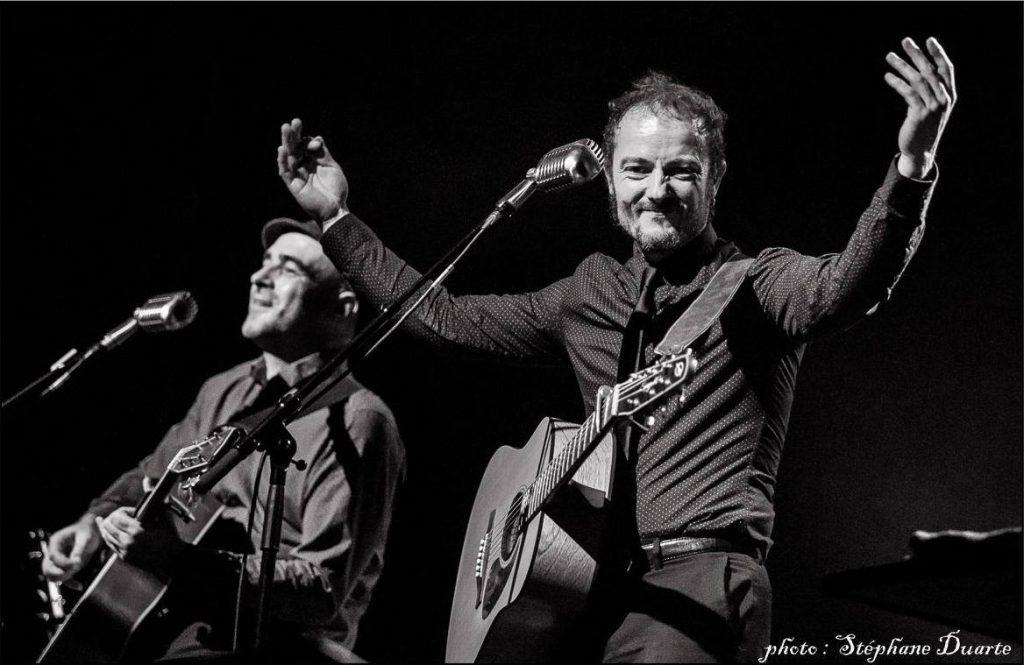 Le duo folk-blues nantais Alex de Vree et Erwan Le Fichant en concert au café concert Le Centre à Saint-Nazaire.