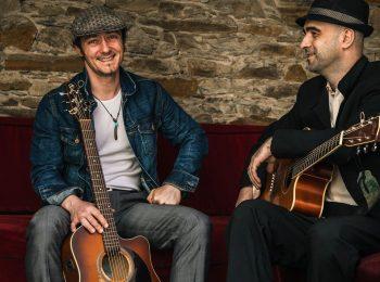 Alex de Vree et Erwan Le Fichant, live sur la scène du café restaurant Le Centre à Saint-Marc-sur-Mer.